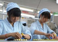 女孩外出打工,是進電子廠好還是服裝廠好?